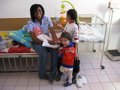 志工在歐洲醫院的兒科部門協調照顧孩子