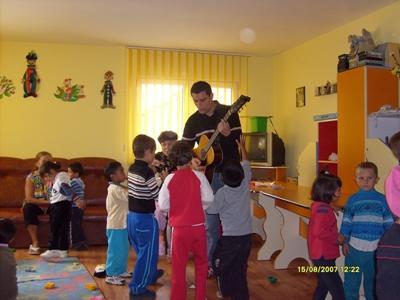 志工參與歐洲項目在一個班級的兒童面前彈結他