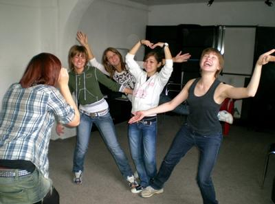 志工和歐洲學生參與Projects Abroad創意藝術項目課程學習戲劇演技