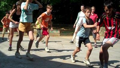 歐洲兒童跟志工教練在學校一起運動
