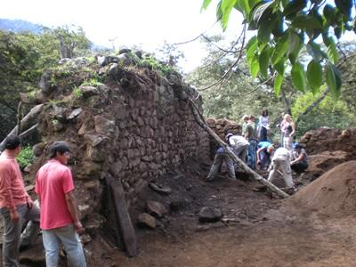 考古學志工在秘魯進行實地考察的工作
