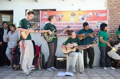 拉丁美洲藝術表演項目的志工建立一支樂隊,教導當地孩子演奏不同樂器