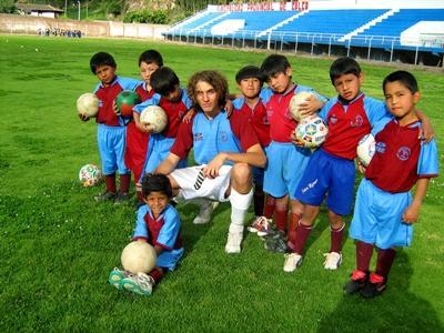 Projects Abroad志工參與拉丁美洲體育指導項目,在體育場上教導他的學生做運動