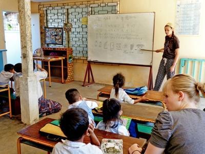 志工在東南亞地區一所學校的課室教導學生認識英文詞彙
