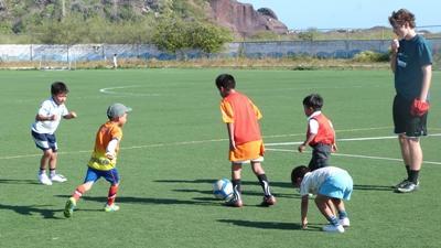 志工參與南太平洋體育項目向孩子教導足球技巧