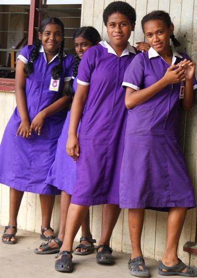 在南太平洋教學志工項目工作的學校外,女學生穿著校服合照