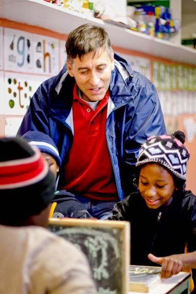 處於職業間歇期的志工到南非參與教學項目,幫助學童完成課堂作業