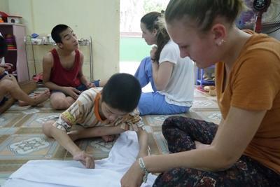 物理治療實習生在越南的特殊照中心跟孩子相處