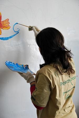 志工為年幼的孩子在課室繪畫壁畫
