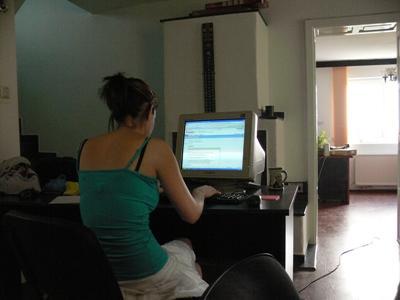 志工在羅馬尼亞參與新聞項目撰寫報告,獲取大學課程的學分