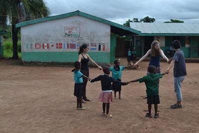 Projects Abroad志工在非洲陪伴加納孩子玩遊戲