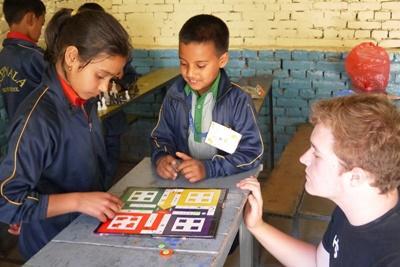 Projects Abroad社區關愛志工幫忙照顧尼泊爾兒童,一起玩遊戲