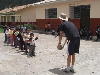 Projects Abroad志工在秘魯社區關愛服務機構與當地的孩子們一起玩遊戲