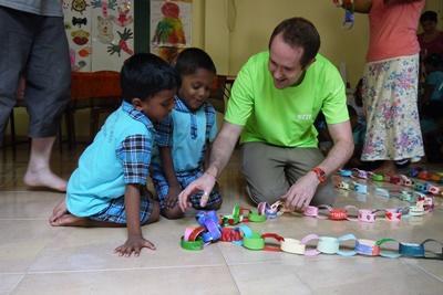 Projects Abroad社區關愛志工幫助照顧斯里蘭卡的孩子們,陪伴他們進行手工藝創作活動
