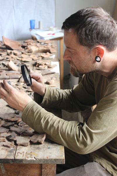 秘魯印加文化項目的考古學志工,在Huyro仔細檢查於遺址發現的陶瓷器