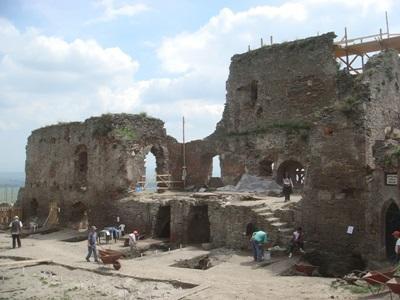 考古學項目志工復修陶瓷文物碎片