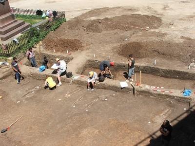 間隔年志工參與羅馬尼亞項目在考古現場進行挖掘工作