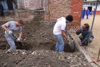 Projects Abroad災後支援重建項目志工在加德滿都的學校進行地基掘土工程,興建一個新的課室