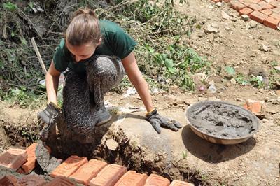女志工在尼泊爾的Sunrise 學校鋪設牆磚,協助興建新課室