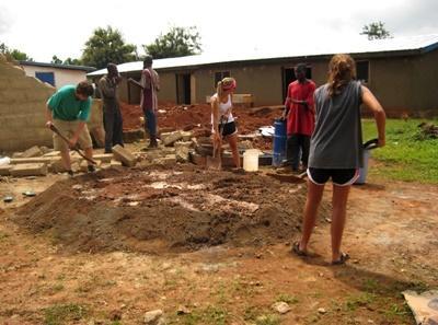 志工參與加納社區建設項目挖掘坑槽來興建一座建築物