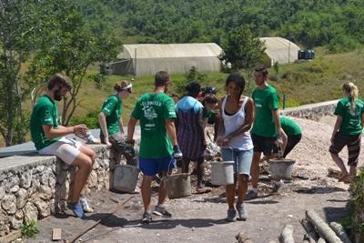 Projects Abroad志工在牙買加幫忙為當地Old England小學加建廁所設施