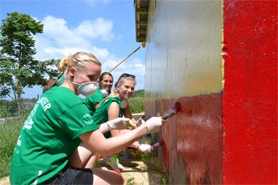 Projects Abroad牙買加志工Bryce小學校舍幫忙在牆身塗漆,學校近期加設廁所設備