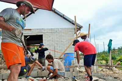 Projects Abroad建設項目志工在菲律賓的工作單位幫忙進行設施建設工作
