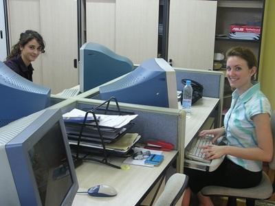 志工參與商業實習項目,利用電腦處理辦公室工作