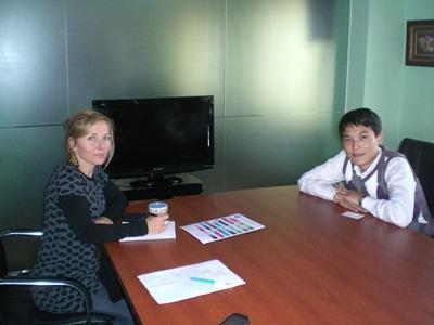 蒙古的商業實習生正在和當地員工進行諮詢