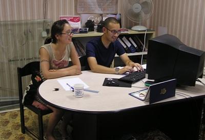 蒙古商業項目的實習生一起在辦公室工作
