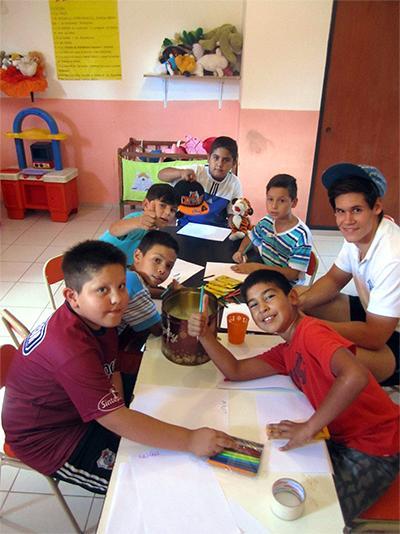 阿根廷兒童在Projects Abroad的科爾多瓦關愛項目參與手工藝活動。
