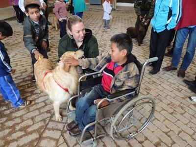 參與Projects Abroad治療犬項目的志工,在玻利維亞幫助有身心障礙的孩子們