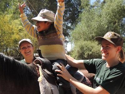 參與玻利維亞的馬術治療志工項目,幫助需要特殊照顧的孩子們