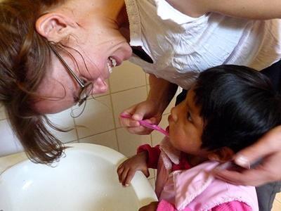 志工在玻利維亞孤兒院服務