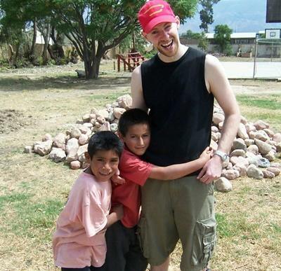 志工在玻利維亞幫助需要特殊照顧的孩子們