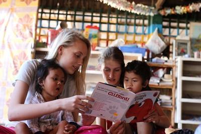 學生參與Projects Abroad國外志工項目,在柬埔寨的日間關愛中心陪伴孩子閱讀