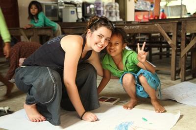 志工和柬埔寨關愛中心的兒童
