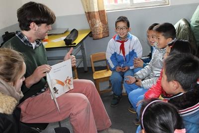 中國兒童在關愛中心享受志工說故事的時光