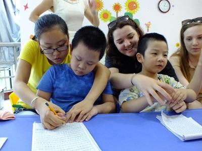 中國孩子在關愛志工的幫助下完成學習活動