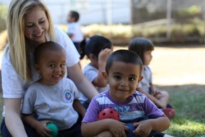 關愛志工與孩子們在哥斯達黎加關愛機構一起參與戶外活動