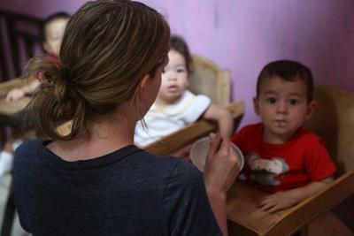 哥斯達黎加兒童和Projects Abroad志工享受愉快的用餐時間