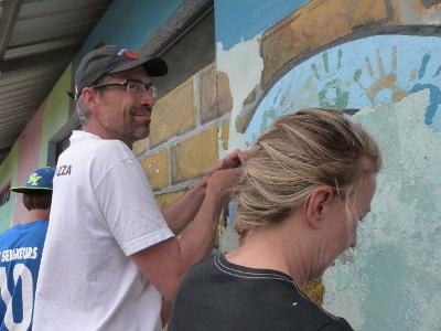 Projects Abroad志工在厄瓜多爾協助關愛機構翻新設施建築