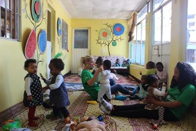 一名關愛志工在埃塞俄比亞孤兒院工作.