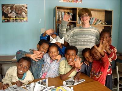 探訪非洲埃塞俄比亞一所幼兒園,志工和孩子對著鏡頭揮手