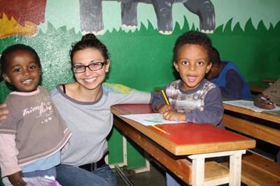 志工在非洲埃塞俄比亞一所兒童關愛機構,與孩子們一起參與教學活動