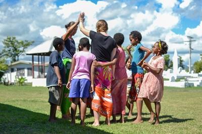 兩名Projects Abroad志工在斐濟的服務單位跟當地孩子一起玩遊戲