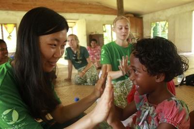 斐濟小女孩喜歡跟志工玩拍掌遊戲