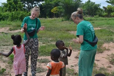 Projects Abroad家庭志工在加納的關愛機構與孩子玩遊戲