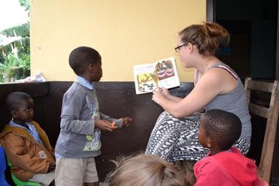 志工在關愛機構向加納孩子們講故事