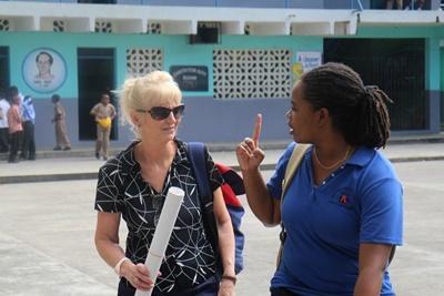 牙買加Projects Abroad志工和我們的員工到訪當地學校,舉辦一個關於HIV/愛滋病的工作坊。